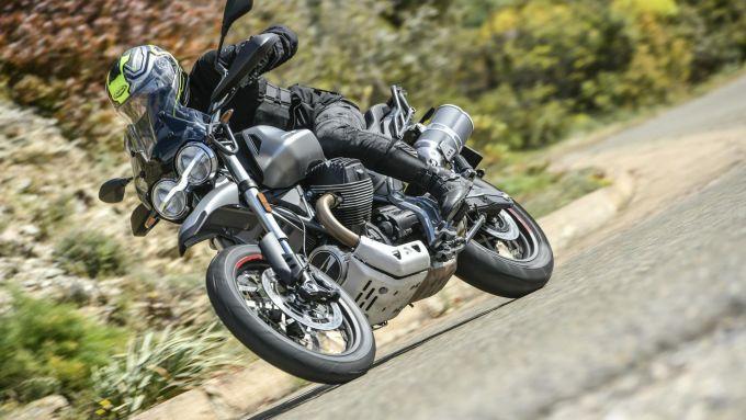 Moto Guzzi V85TT: una bella immagine dinamica durante la nostra prima prova su strada