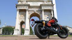 Moto Guzzi V9 Bobber Sport all'Arco della Pace, Milano