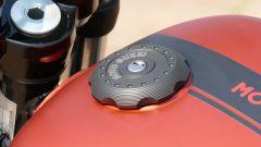 Moto Guzzi V9 Bobber Sport: il tappo del serbatoio macchinato dal pieno