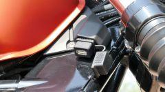 Moto Guzzi V9 Bobber Sport: la presa USB vicino al cannotto di sterzo