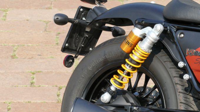 Moto Guzzi V9 bobber Sport: uno dei due ammortizzatori Ohlins posteriori