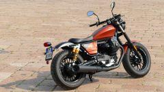 Moto Guzzi V9 Bobber Sport: vista 3/4 posteriore
