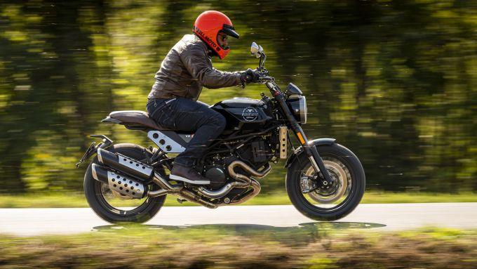 Moto Morini Super Scrambler 1200: in azione su strada