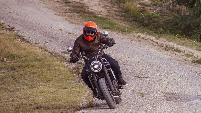 Moto Morini Super Scrambler 1200: le sospensioni fanno il loro dovere sulle buche