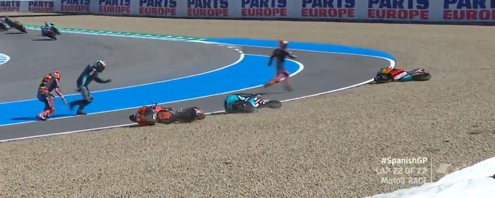 Moto3 Spagna 2021, Jerez: l'incidente tra Oncu, Masià e Binder all'ultimo giro del GP
