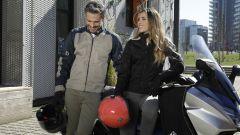 Motogirl Melissa Jeggins in colore grigio