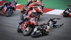 MotoGP 2020: Johann Zarco cade e travolge Andrea Dovizioso