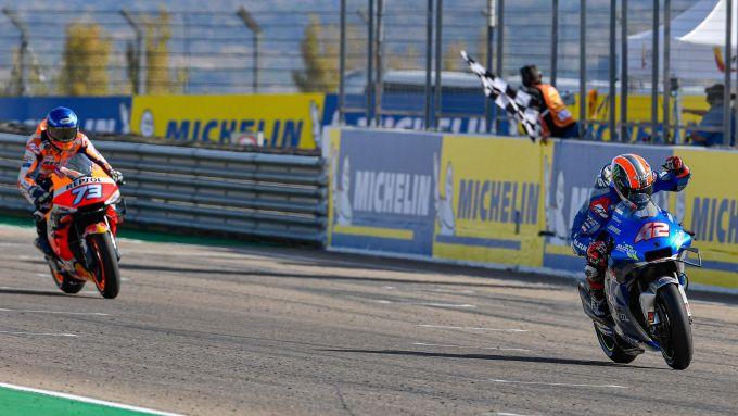 MotoGP Aragona 2020, Alex Rins (Suzuki) precede sul traguardo Alex Marquez (Honda)