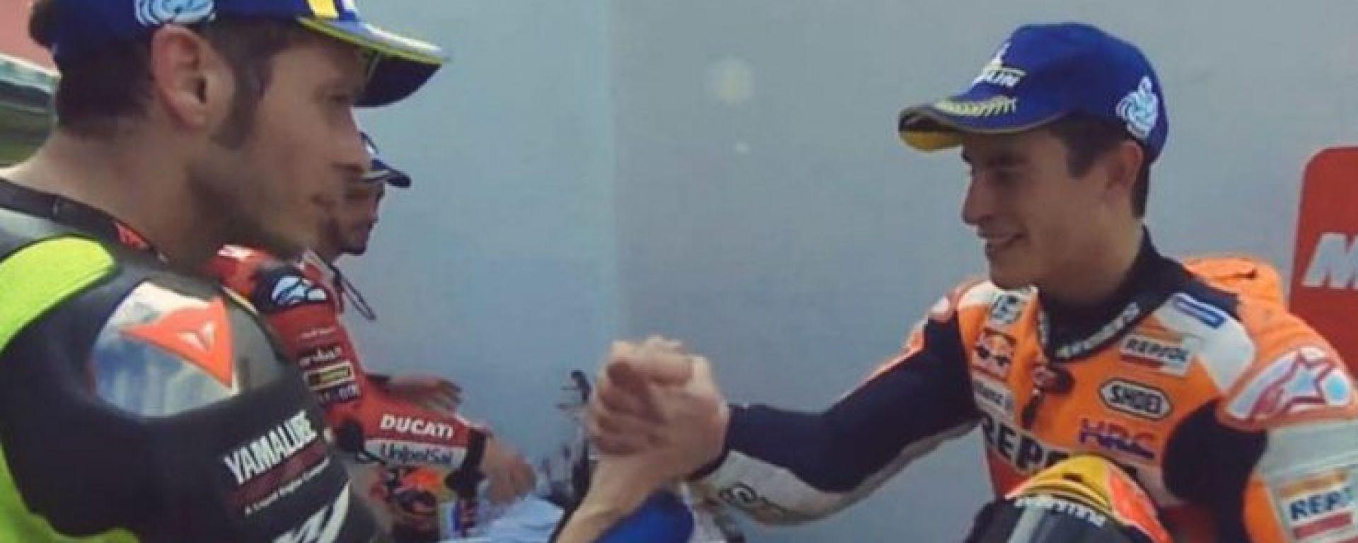 MotoGP Argentina 2019, Rossi e Marquez si stringono la mano dietro al podio