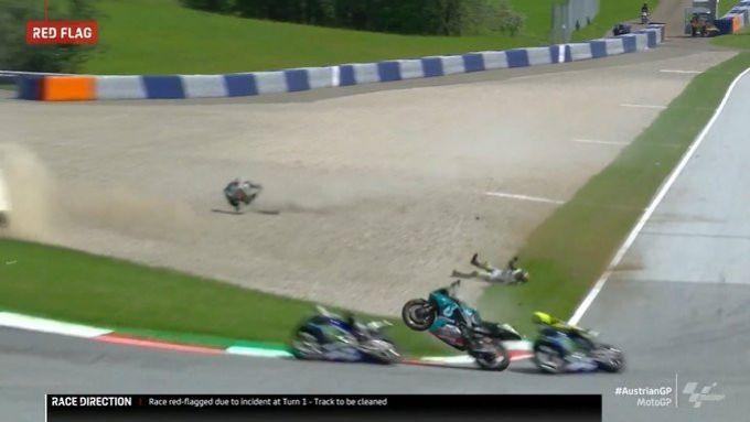 MotoGP Austria 2020, incidente Zarco-Morbidelli, Vinales e Rossi sfiorati dalle moto impazzite dei due.