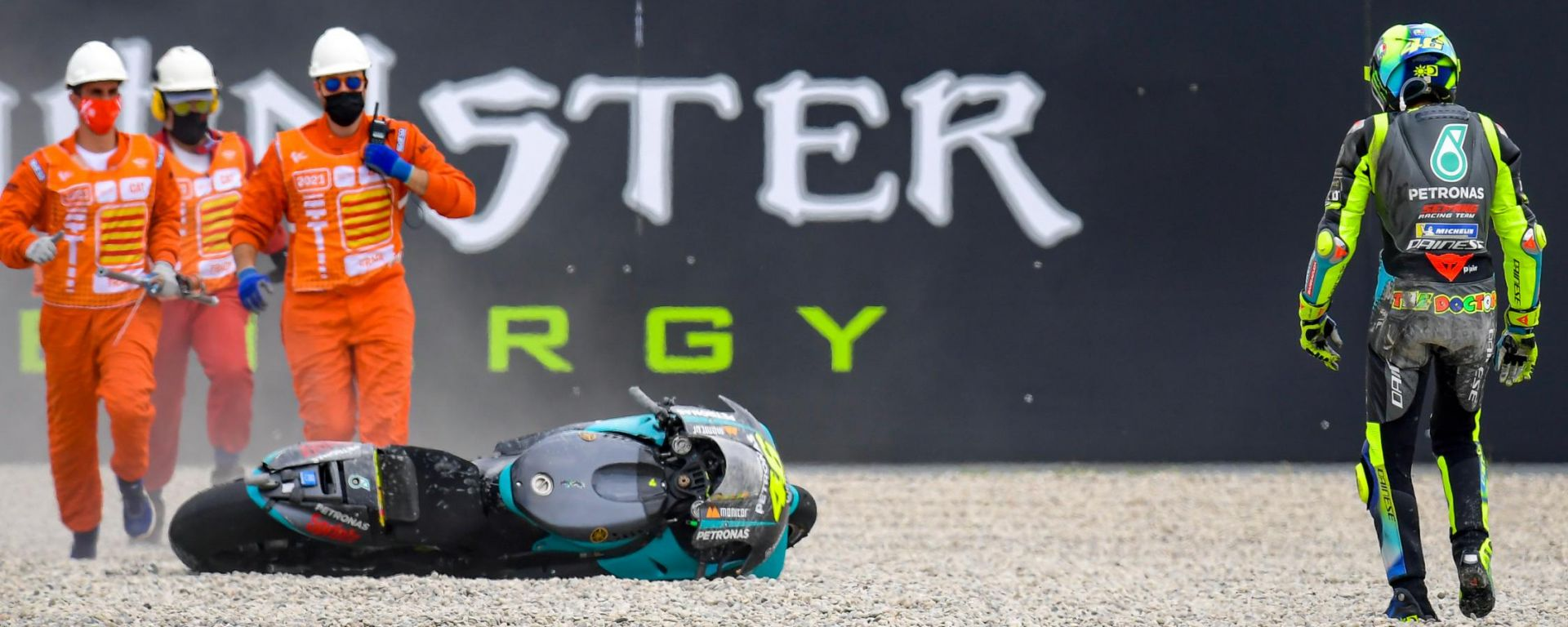 MotoGP Catalunya 2021, Valentino Rossi (Yamaha Petronas SRT) scivolato nella ghiaia