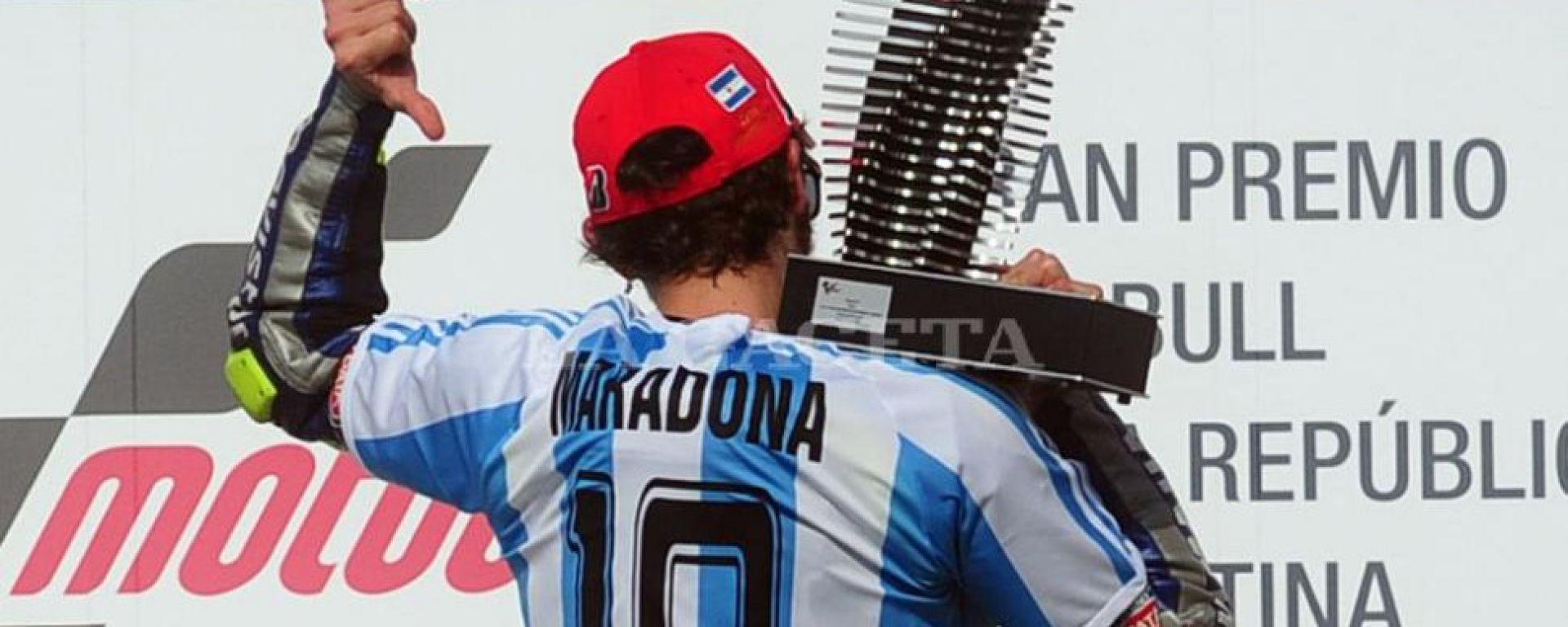 MotoGP, GP Argentina 2015: Valentino Rossi sul podio con la maglia di Maradona