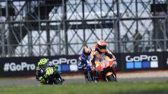 MotoGP Gran Bretagna 2019, Alex Rins (Suzuki) e Marc Marquez (Honda) inseguiti da Valentino Rossi (Yamaha)
