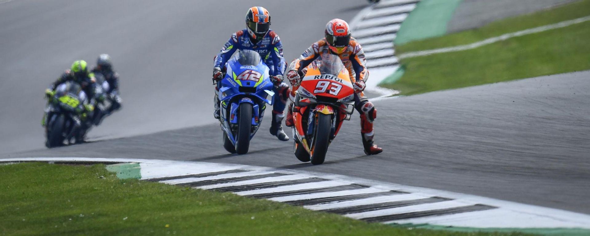 MotoGP Gran Bretagna 2019, Alex Rins (Suzuki) e Marc Marquez (Honda) vanno in fuga