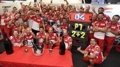 MotoGP Inghilterra 2017, Andrea Dovizioso festeggia con il team Ducati (2)