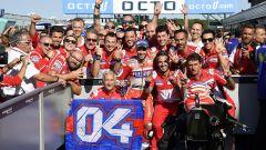 MotoGP Inghilterra 2017, Andrea Dovizioso festeggia con il team Ducati