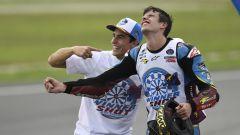 Alex Marquez con il fratello Marc nella Honda MotoGP