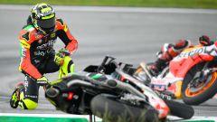 MotoGP Malesia 2019, Sepang: Andrea Iannone (Aprilia) a terra mentre passa Jorge Lorenzo (Honda)