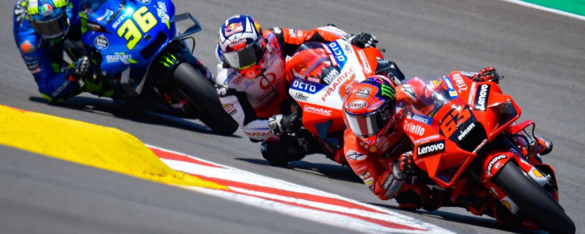 MotoGP Portogallo 2021, Portimao: Pecco Bagnaia (Ducati) davanti a Johann Zarco e Joan Mir (Suzuki)
