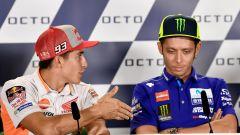 Misano: Rossi nega la mano a Marquez. Lorenzo critica entrambi - Immagine: 1