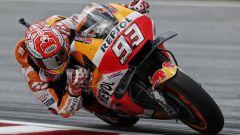 MotoGP Sepang 2018: Rossi cade e consegna la vittoria a Marquez, sesto Dovizioso
