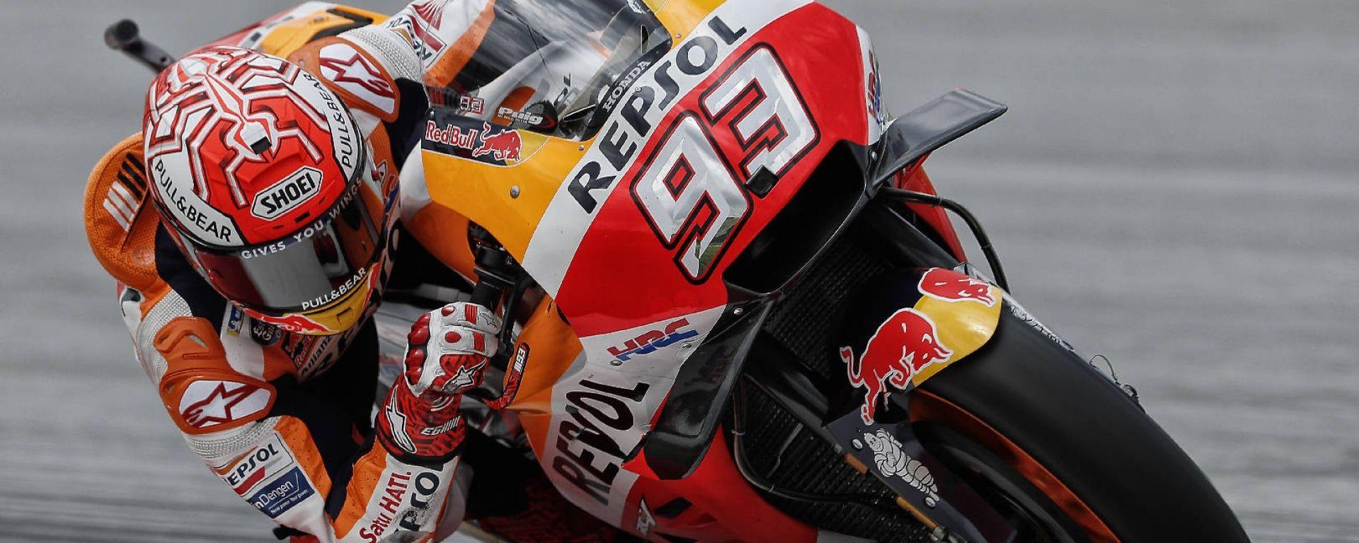 MotoGP Sepang 2018: Rossi cade e consegna la vittoria a Marquez