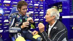 MotoGP, un'immagine di repertorio: Giacomo Agostini nel box di Valentino Rossi