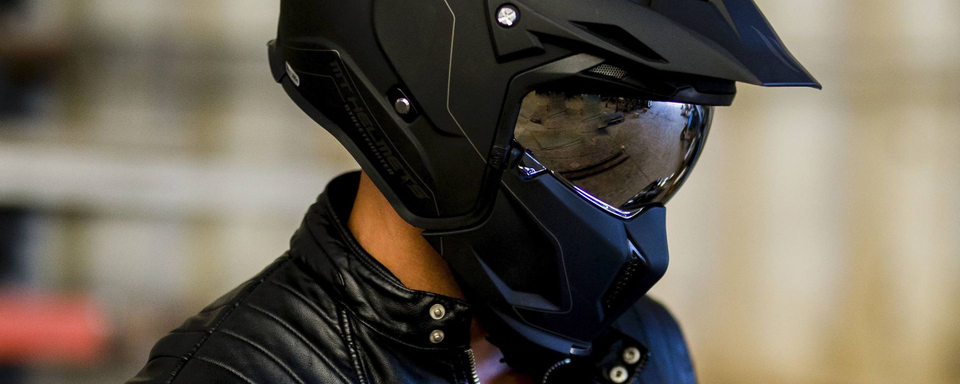 MT Helmets Streetfighter indossato
