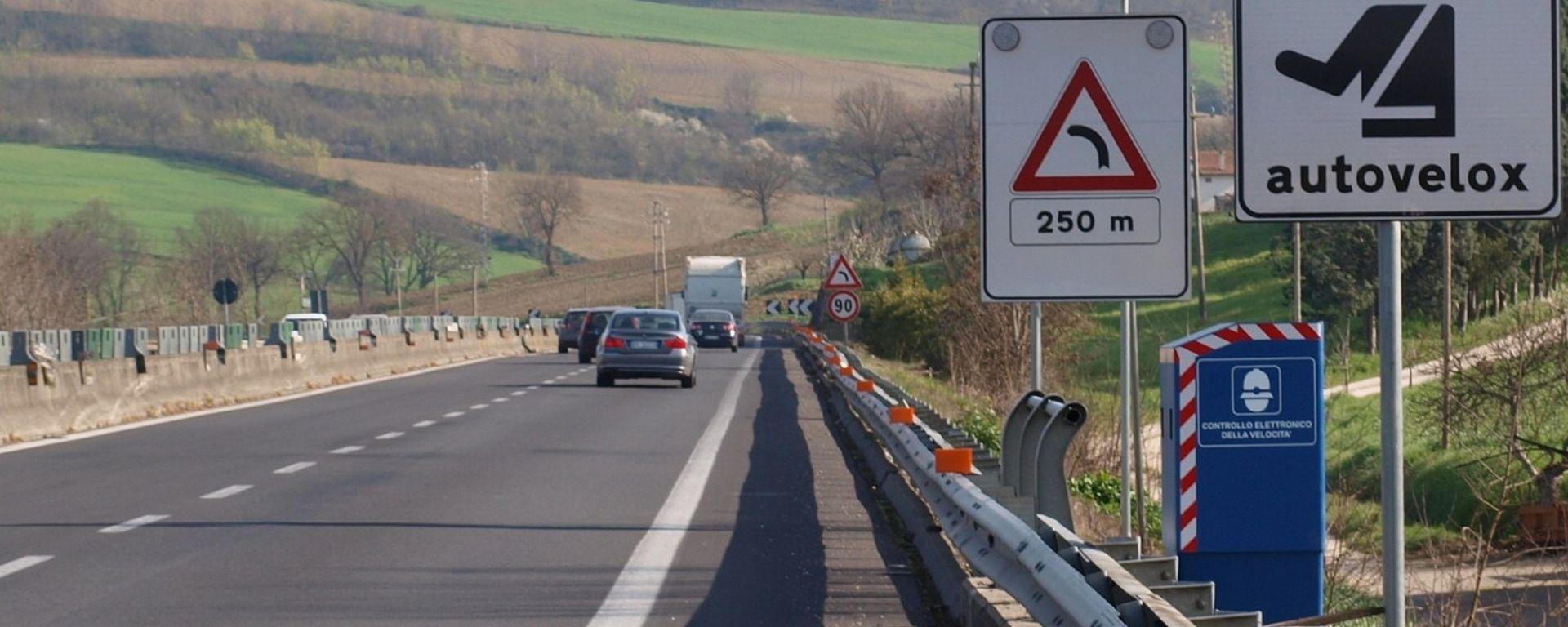 Multe stradali, niente sanzione aggiuntiva a chi omette i dati del conducente