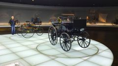 Museo Mercedes di Stoccarda: il triciclo e il quadriciclio firmati Benz e Daimler, entrambi datati 1886