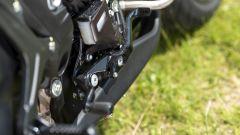 MV Agusta Brutale 800 RR SCS 2021: il pedale del freno posteriore e quello per attivare il freno di stazionamento