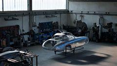Nel reparto Mercedes Classic operai specializzati si prendono cura di modelli storici della Stella