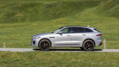 Nella vista laterale la Jaguar F-Pace mette in mostra una linea da coupé