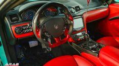 Nell'abitacolo tanto carbonio, sia standard che rosso, e un nuovo display touch