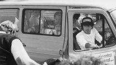 Nelson Piquet parla con uno steward a Spa nel 1985 dopo una ricognizione in pista