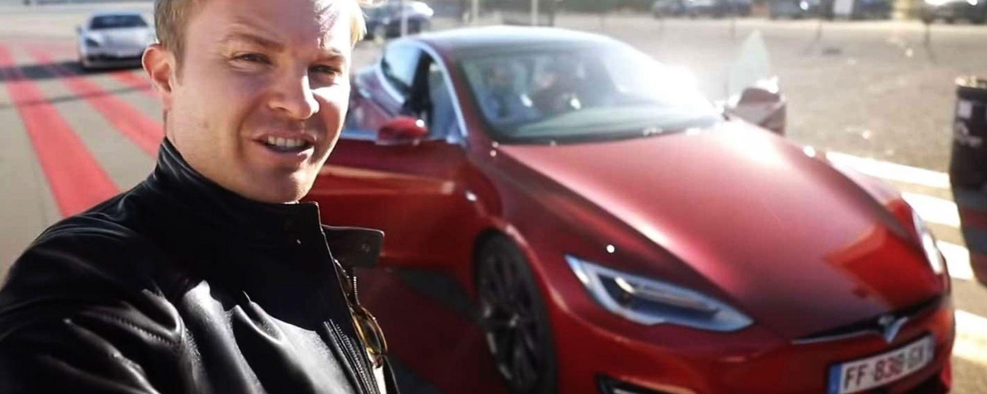 Nico Rosberg con una Tesla Model S