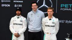 Nico Rosberg e Lewis Hamilton sotto la supervisione di Toto Wolff