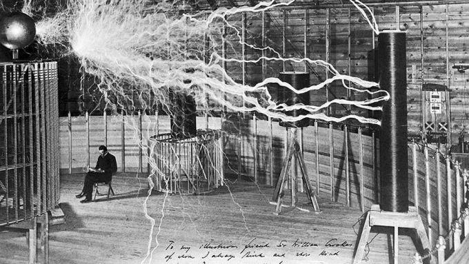Nikola Tesla nel suo laboratorio