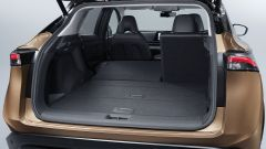 Nissan Ariya 2020: bagagliaio con un sedile reclinato
