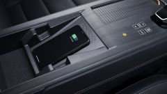 Nissan Ariya 2020: la piastra per la ricarica wireless dei telefoni