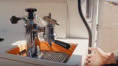 Nissan e-NV200 WORKSPACe: la macchinetta del caffè esce meccanicamente da uno scomparto segreto