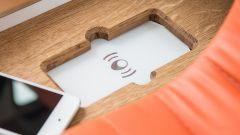 Nissan e-NV200 WORKSPACe: la superficie per ricaricare il proprio smartphone senza utilizzare cavi