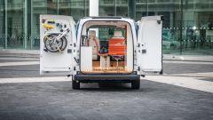 Nissan e-NV200 WORKSPACe: l'accesso al piccolo ufficio su ruote è di certo agevole