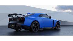 Nissan GT-R50 by Italdesign: una vista di 3/4 posteriore del rendering con la vettura blu
