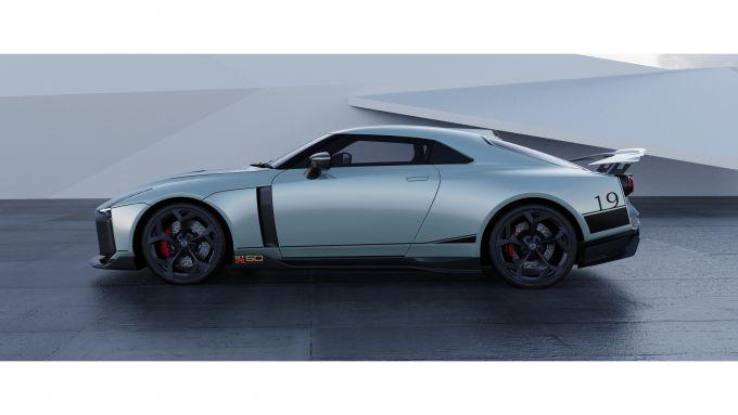 Nissan GT-R50 by Italdesign: una vista di lato nella colorazione grigia