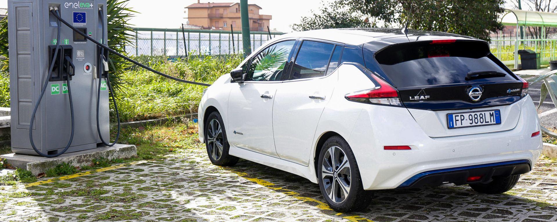 Nissan Leaf in ricarica su colonnina EVA+