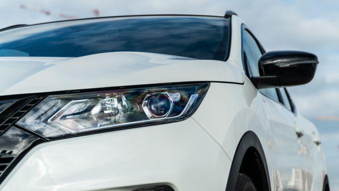 Nissan Qashqai 1.3 DIG-T N-Tec Start: i fari anteriori e gli specchi con guscio nero