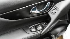 Nissan Qashqai 1.3 DIG-T N-Tec Start: i pulsanti degli alzavetri e per regolare gli specchi esterni