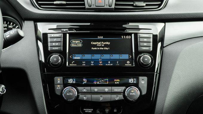 Nissan Qashqai 1.3 DIG-T N-Tec Start: sulla plancia display a colori da 5'' e comandi del clima