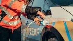 Nissan Re-Leaf: due prese di corrente esterne